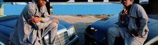 Illustration Cliché n°1 sur la couverture d'un album rap : poser à côté d'une voiture