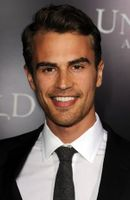 Photo Theo James