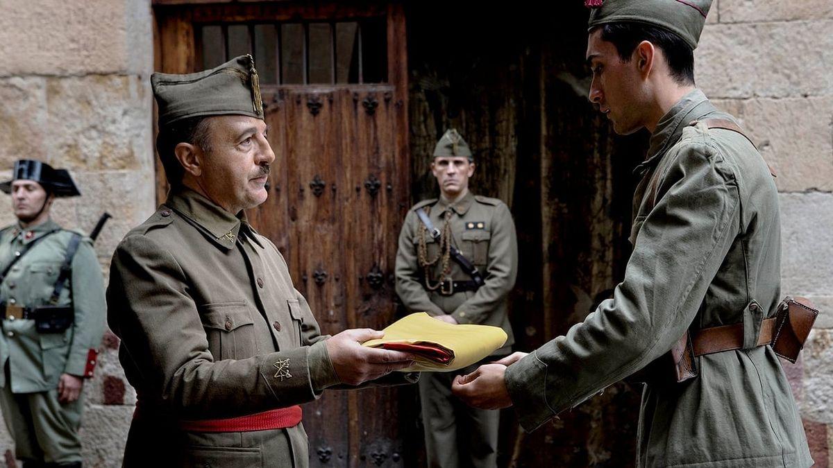 Le Général Franco (à gauche) interprété par Santi Prego et un soldat (à droite) © Teresa Isasi